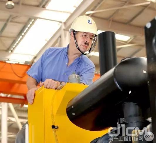 Dave Beatenbough在生产装机现场检查工作