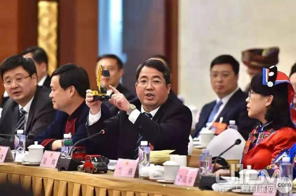 """吴炜市长在两会上""""推荐""""柳工产品"""