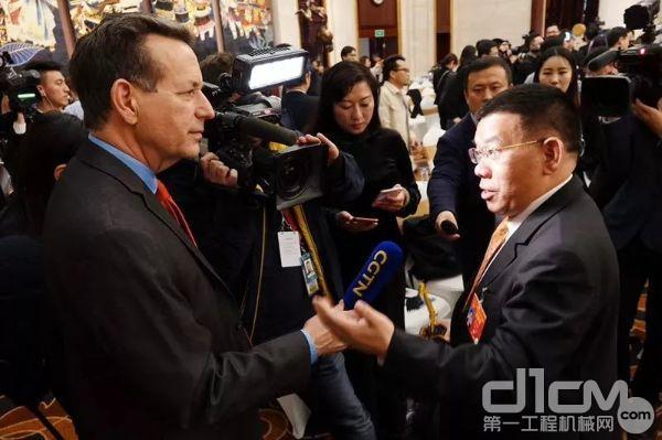 全国人大代表、柳工集团党委书记、董事长曾光安在接受记者采访