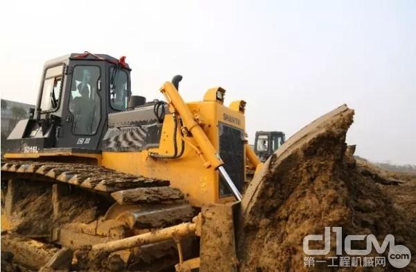 山推16L推土机施工作业