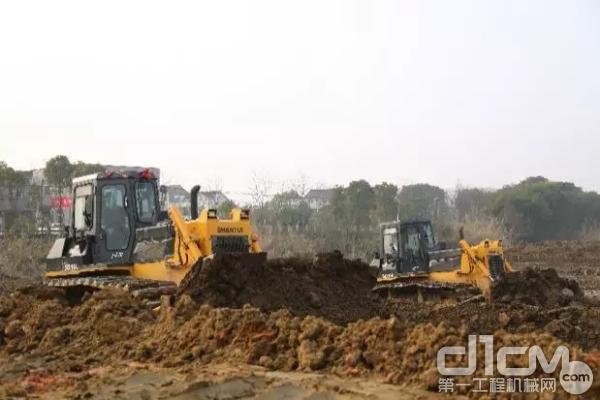 当前累计有上百台山推推土机在新孟河各标段施工