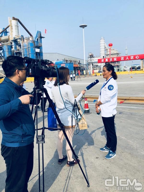 王建芳接受记者采访