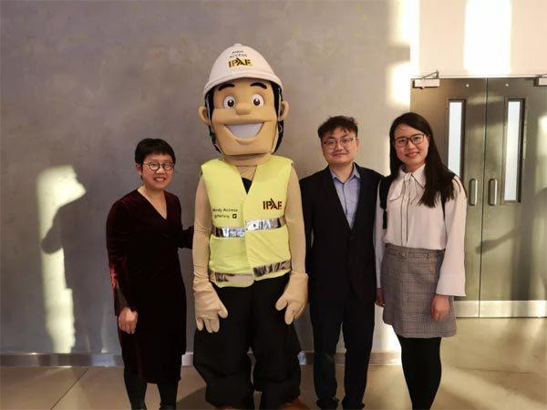 ▲星邦重工总经理许红霞及团队成员与IPAF安全宣传大使ANDY合影