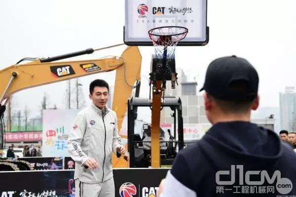 卡特彼勒打破常规,创造性地将挖掘机化身篮球架