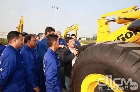 在广西柳工集团的一场技能比赛中,一位经理在讲话。