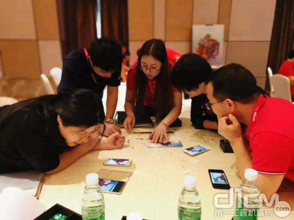 与会嘉宾参与曼尼通产品拼图游戏