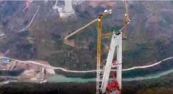 在332米高桥塔上施工