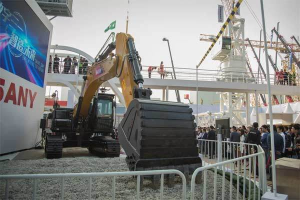 三一SY365 A•I智能挖掘机在工程机械<a href=http://news.d1cm.com/exhibition/ target=_blank>展会</a>上亮相