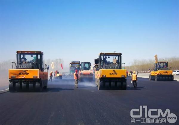 三台三一胶轮<a href=http://product.d1cm.com/danganglun/ target=_blank>压路机</a>在新机场高速进行压实作业