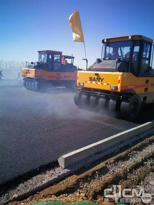 三台三一胶轮压路机在新机场高速进行压实作业