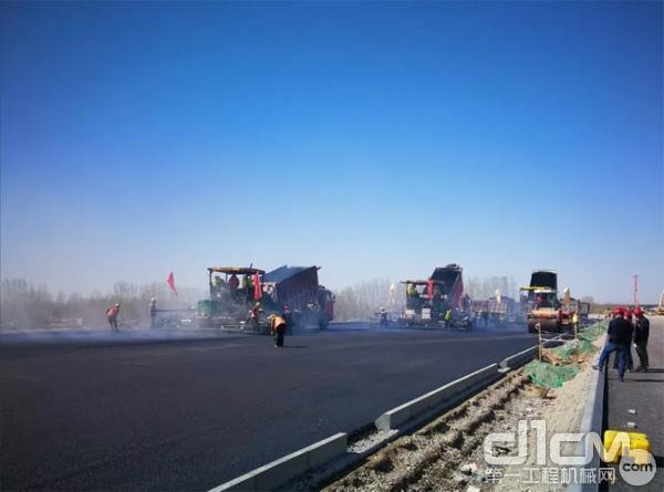 三一<a href=http://product.d1cm.com/liqingtanpuji/ target=_blank>沥青摊铺机</a>在新机场高速进行施工