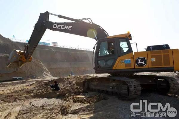 约翰迪尔挖掘机工作效率高,运行时间长,日常运营成本低