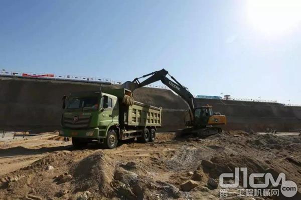 与其他外资品牌20吨挖机对比装车,E260LC每装满一卡车,能比别人快1分钟左右