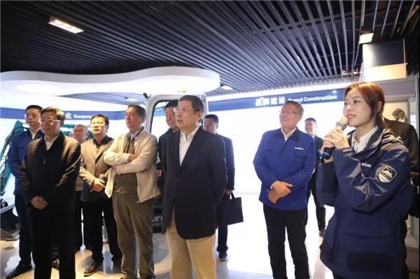 调研组一行在山河智能董事长何清华等的陪同下,参观山河智能企业文化展厅