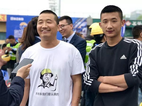 左宗贵父子接受记者采访