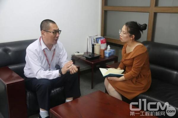 记者采访北京中车重工总经理助理鲍雪滔先生