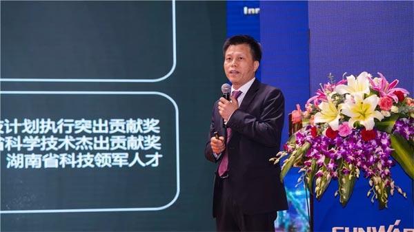山河智能装备副总经理朱建新介绍公司产品