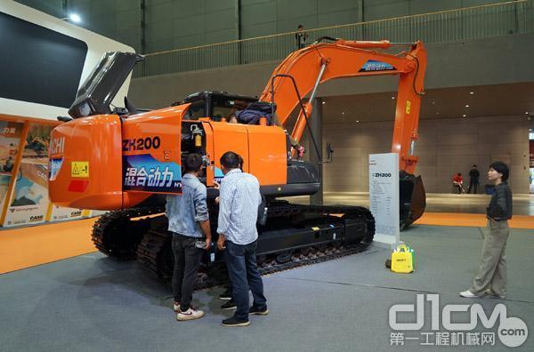 观众参观ZH200-5A混合动力挖掘机