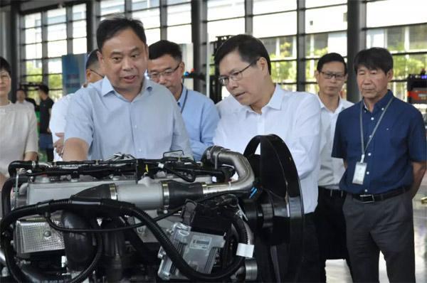 杭州市市长徐立毅参观核心零部件展示区