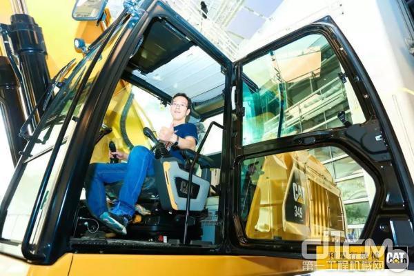 新一代CAT®(卡特)349挖掘机可以带来机手效率提升多达45%
