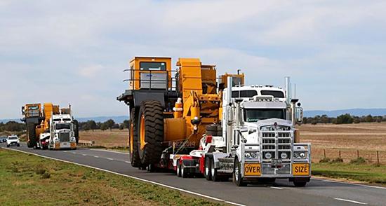 牛气!澳洲警车开道 徐工120吨矿卡抵达澳大利亚