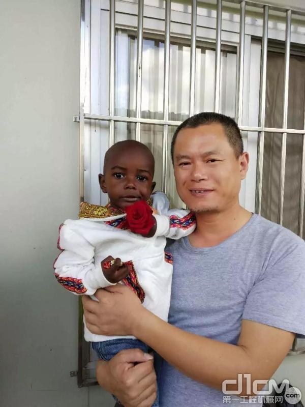 吴坚为肯尼亚同时孩子过生日