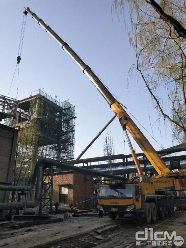 王海波公司的徐工起重机在吊装钢架