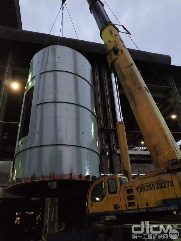 王海波公司的徐工起重机在吊装大型设备