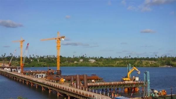 ▲中联重科产品助建坦桑尼亚基甘博尼大桥