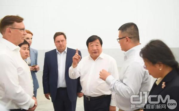 谭旭光考察潍柴卡玛斯合资公司新工厂