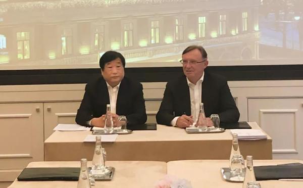 谭旭光与卡玛斯总经理果戈金签署成立合资公司注册文件
