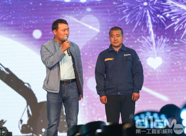 甘肃用户刘先生与徐工挖机服务人员