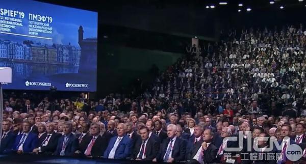 张晓仑(二排右二)在第二十三届圣彼得堡国际经济论坛全会现场,聆听习近平主席致辞