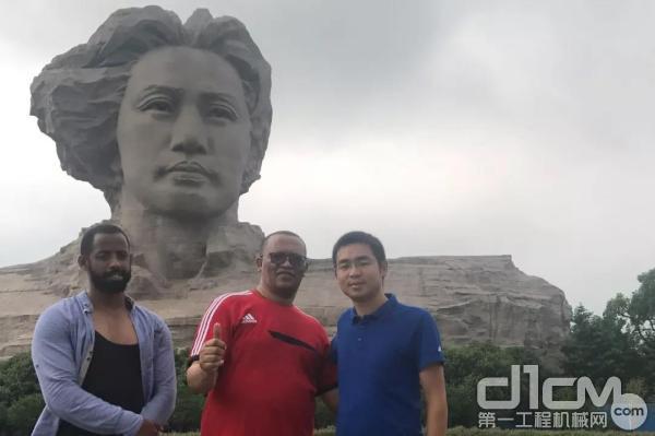 陈兆武与非洲朋友在长沙橘子洲游玩
