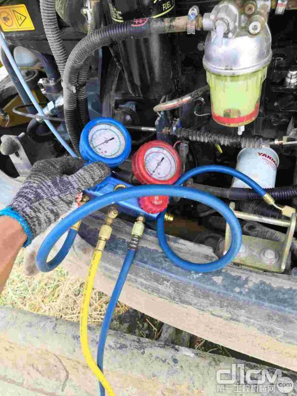 汉驰服务工程师检查挖机设备运行情况