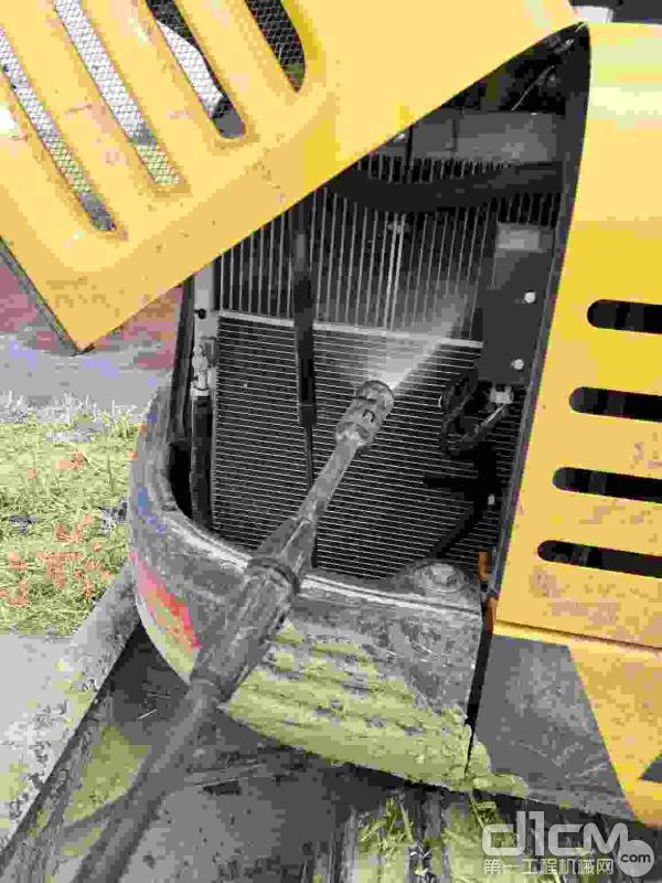 汉驰服务工程师清洗挖机散热器