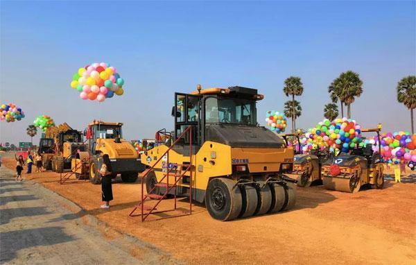 助力柬埔寨首条高速-金港高速的徐工压路机