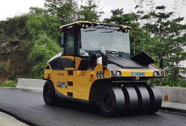 徐工最新款轮胎压路机XP305S助力国内某风景区山路修建