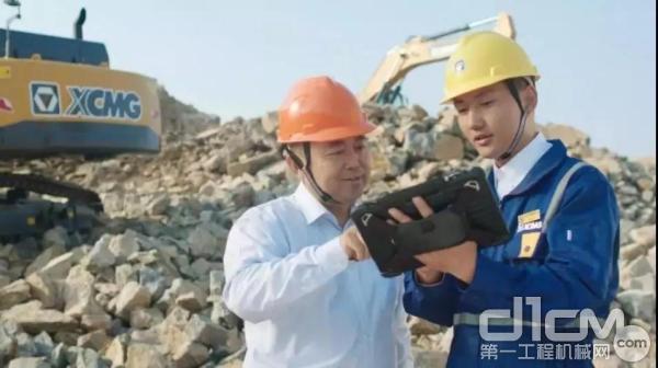 徐工挖掘机服务工程师与客户