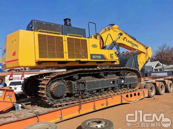 柳工970E挖掘机装运