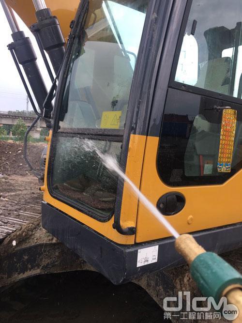 徐工服务工程师清洗挖掘机的散热器