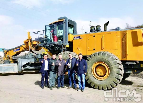 全球超大型矿用平地机徐工GR5505II型批量交付客户