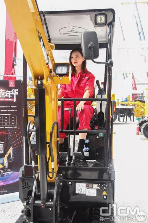女<a href=http://product.d1cm.com/wajueji/ target=_blank>挖掘机</a>手驾驶三一微挖
