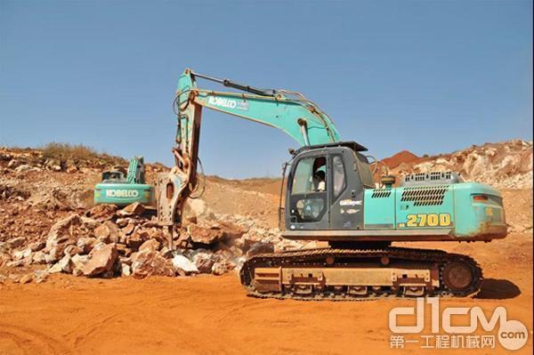 KOBELCO挖机进行碎石作业