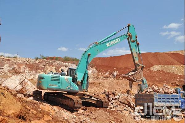 KOBELCO挖机进行装运作业