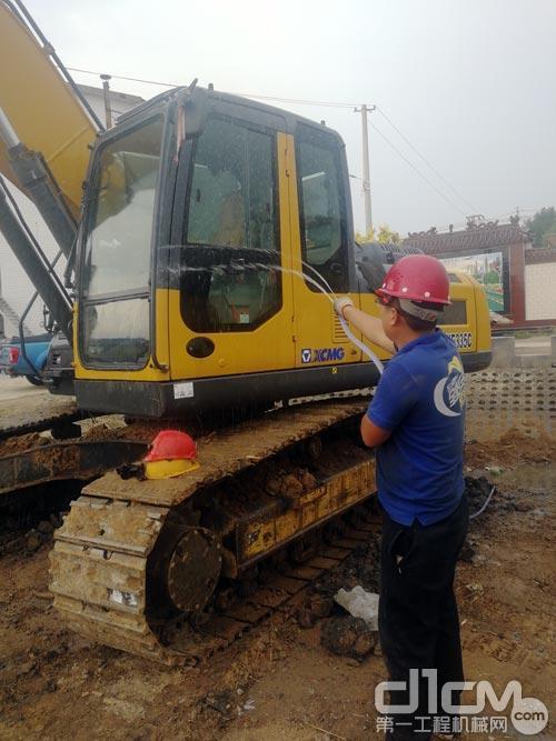徐工挖机服务人员在检查清理挖掘机