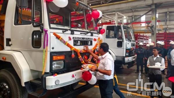 """狄巴克为印度首台本地生产泵车""""点睛"""""""