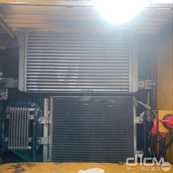 汉驰服务工程师清理挖机散热器
