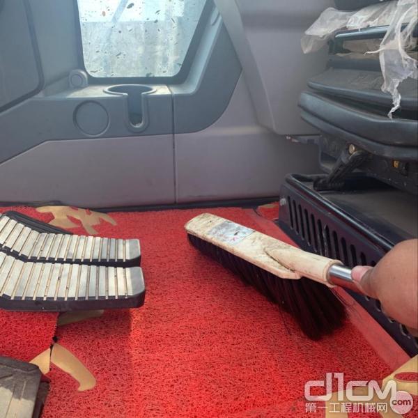 汉驰服务工程师清理挖机驾驶室