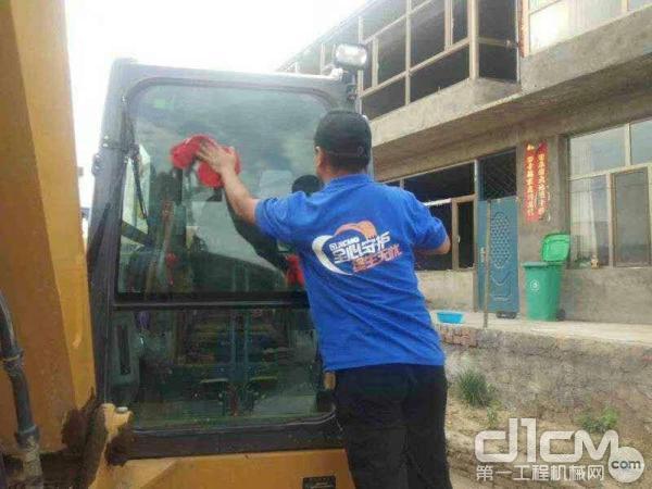 徐工服务人员擦拭挖掘机挡风玻璃